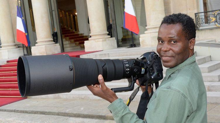 Le photographe Marcelo Nlele dans la cour de l'Elysée le 16 juillet 2018 (Presscrea)