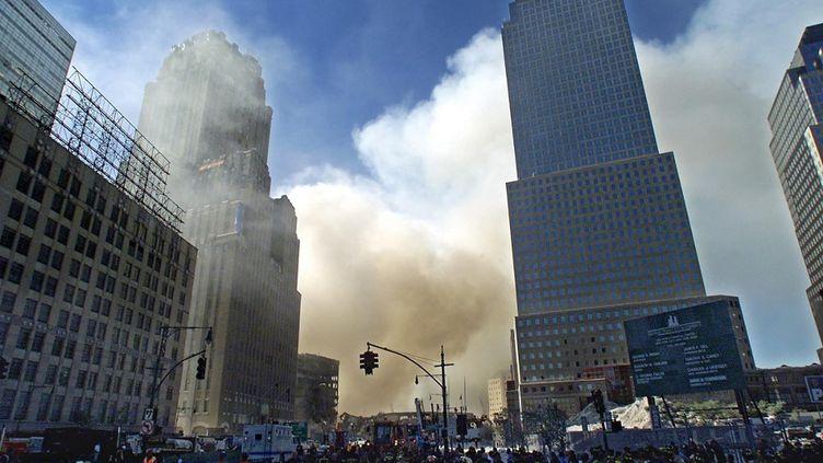De lafumées'échappe au-dessus de New York après le crash de deuxavionsdétournés contre lestoursjumelles duWorld Trade Center. Photo prise le 12 septembre 2001. (TIMOTHY A. CLARY / AFP)