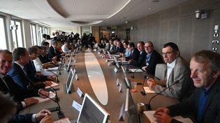 Des syndicats et des organisations patronales lors d'une réunion avec la ministre de la Santé Agnès Buzyn et le haut-commissaire à la réforme des retraites Jean-Paul Delevoye, jeudi 18 juillet à Paris. (DOMINIQUE FAGET / AFP)