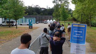 Des Landais font la queue pour se faire tester pour le Covid-19 (illustration). (BIXENTE VRIGNON / RADIO FRANCE)