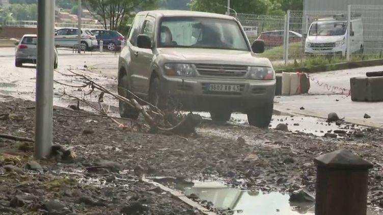 Le Puy-de-Dôme est toujours placé en vigilance crue, samedi 13 juin, en raison de l'épisode cévenol survenu jeudi soir. Plusieurs inondations ont été enregistrées, notamment dans l'Allier. En Gironde, un orage de grêle a touché plusieurs domaines viticoles. (FRANCE 2)