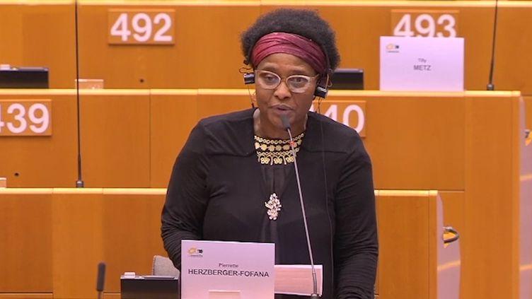 L'eurodéputée allemande Pierrette Herzberger-Fofana face au Parlement européen, à Bruxelles, le 17 juin 2020. (PARLEMENT EUROPEEN)
