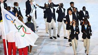 Les membres de l'équipe olympique des réfugiés lors de la cérémonie d'ouverture aux JO de Rio, le 5 août 2016, au stade Maracana de Rio de Janeiro. (FRANCK FIFE / AFP)