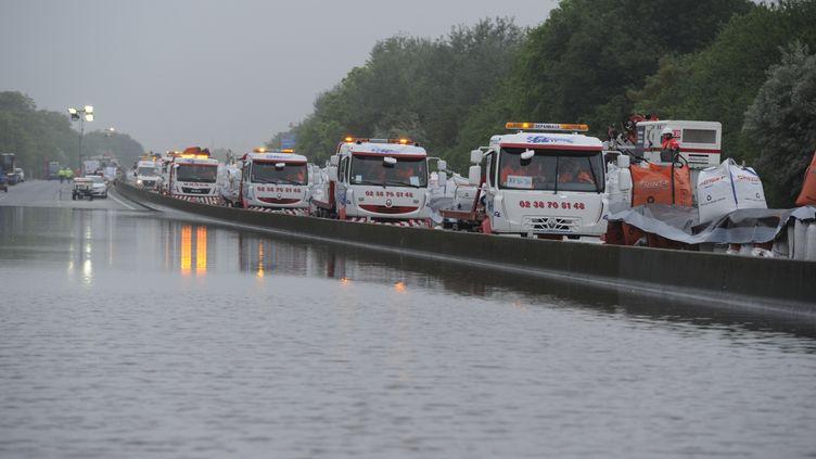 Des voitures prises dans les inondations sont évacuées près de Gidy, dans le Loiret, le 5 juin 2016. (PASCAL FOULON / VINCI AUTOROUTES)