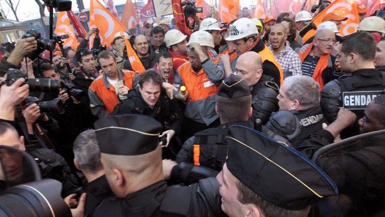 Des salariés d'ArcelorMittal manifestant aux abords du QG de campagne de Nicolas Sarkozy, à Paris, le 15 mars 2012. (KENZO TRIBOUILLARD / AFP)
