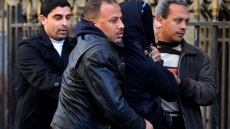 Un homme soupçonné d'appartenir aux black blocs est arrêté au Caire (Egypte), le 30 janvier 2013. (KHALED DESOUKI / AFP)