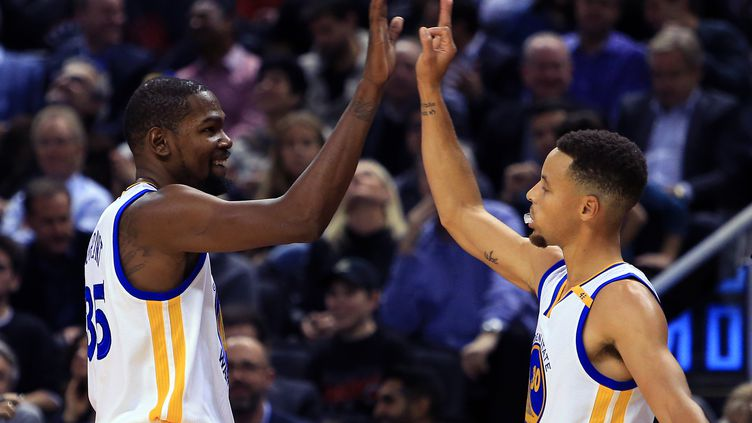 Les stars des Warriors, Kevin Durant et Stephen Curry (VAUGHN RIDLEY / GETTY IMAGES NORTH AMERICA)