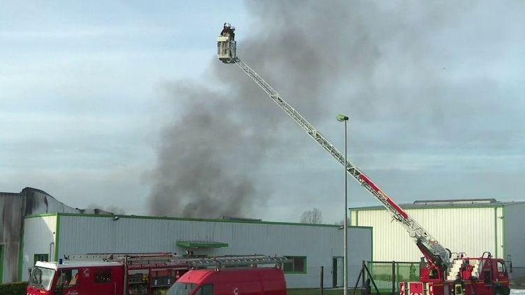Deux mois et demi après Lubrizol, un incendie s'est déclaré dans une usine classée Seveso, fabricant des solvants, à Luigny dans l'Eure-et-Loir. Un entrepôt est entièrement détruit. (france 2)