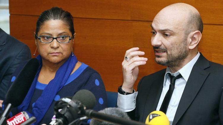 Natalia Baleato, la directrice de l'établissement Baby Loup, et son avocat Richard Malka,au palais de justice de Paris, le 17 octobre 2013. (PATRICK KOVARIK / AFP)
