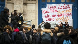 Des élèves bloquent le lycée Voltaire (Paris) pour protester contre la loi Travail, le 10 mars 2016. (LIONEL BONAVENTURE / AFP)