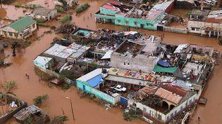 Des habitants se sont réfugiés sur les toits d'une zone inondée de Buzi(Mozambique), le 20 mars 2019, après le passage du cyclone Idai. (ADRIEN BARBIER / AFP)