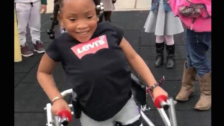 Vidéo : Une fillette atteinte de spina bifida fait ses premiers pas (Crédits Photo : © Facebook / Yvette BlaqueVette Parker)