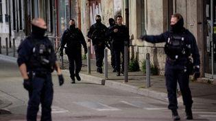 Des policiers déployés dans les rues d'Avignon (Vaucluse), le 5 mai 2021. (CLEMENT MAHOUDEAU / AFP)