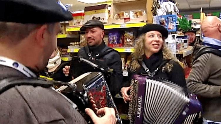 Durant une semaine, le festival deTermignon-en-Vanoise fait jouer l'accordéon partout dans la ville, même au dans les épiceries  (France 2 / Culturebox)