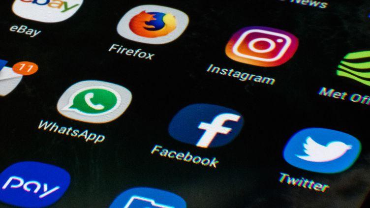 Un écran de smartphone affichant les icônes de diverses applications, parmi elles, des réseaux sociaux et un service de commerce en ligne. (Illustration) (OLI SCARFF / AFP)
