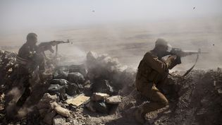 Des soldats kurdes combattent le groupe Etat islamique, près de Mossoul (Irak), le 9 septembre 2014. (JM LOPEZ / AFP)