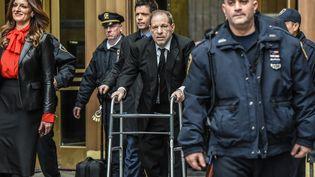 Le producteur de cinéma Harvey Weinstein, jugé pour des accusations de viols et d'agressions sexuelles, à la sortie de la Cour suprême de Manhattan, à New York (Etats-Unis), le 10 janvier 2020. (STEPHANIE KEITH / GETTY IMAGES NORTH AMERICA / AFP)
