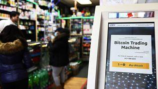 Un distributeur permettant de convertir des bitcoin, le 8 février 2021, à New York (Etats-Unis). (MICHAEL M. SANTIAGO / GETTY IMAGES NORTH AMERICA / AFP)