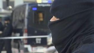Des dizaines de policiers ont été postés sur les Ramblas, la célèbre artère de Barcelone, déjà frappée par des attaques terroristes en 2017. (CAPTURE D'ÉCRAN FRANCE 3)