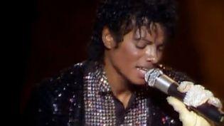 """Le 25 mars 1983, Michael Jackson exécute pour la première fois son fameux """"Moonwalk"""" à la télévision.  (Capture écran)"""