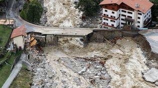 La rivière a emporté la route et la station-service à Saint-Martin-Vésubie (Alpes-Maritimes), vendredi 2 octobre 2020. (VALERY HACHE / AFP)