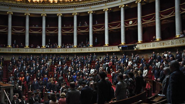 Les députés respectent une minute de silenceen l'honneur des militaires Cédric de Pierrepont et Alain Bertoncello, le 14 mai 2019, à l'Assemblée nationale. (CHRISTOPHE ARCHAMBAULT / AFP)