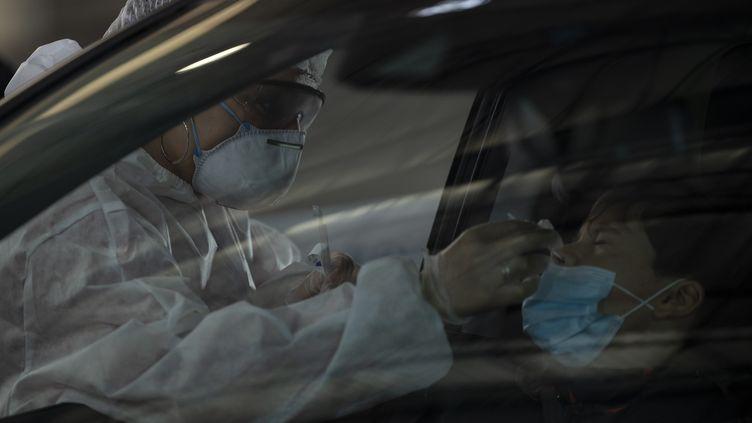 Une personne se soumet à un test de dépistage du Covid-19, dans un centre de test de Marseille (Bouches-du-Rhône), le 21 décembre 2020. (CHRISTOPHE SIMON / AFP)
