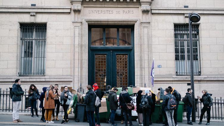 Des étudiants bloquent l'entrée d'un bâtiment de la Sorbonne, à Paris, lors d'une journée de grève, le 6 janvier 2020. (BENOIT DURAND / HANS LUCAS)