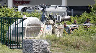L'hélicoptère utilisé par Redoine Faïd et ses complices a été retrouvé à Garges-lès-Gonesse (Val d'Oise), le 1er juillet 2018. (IAN LANGSDON / EPA / MAXPPP)