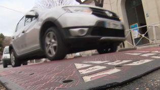 Mardi 21 janvier, un automobiliste part en guerre contre les dos d'âne sur les routes de France. Dans le Var, il a abimé sa voiture sur un ralentisseur et il vient d'envoyer la facture de réparation au Conseil départemental. Beaucoup de dos d'âne ne respecteraient pas les normes en vigueur dans l'Hexagone. (FRANCE 2)