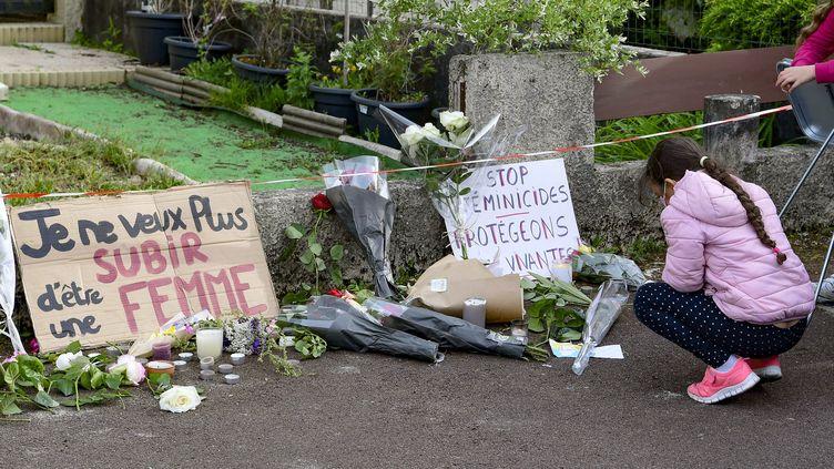 Des hommages déposés le 5 mai 2021 devant la maison de Chahinez Daoud, brûlée vive en pleine rue par son mari violent, à Mérignac (Gironde). (CAROLINE BLUMBERG / MAXPPP)