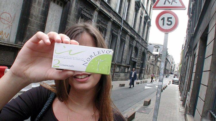 Image d'illustration d'une adolescente qui tientune boîte de pilules du lendemain. (MAXPPP)