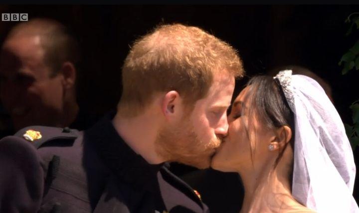Le baiser...  (Capture écran BBC)