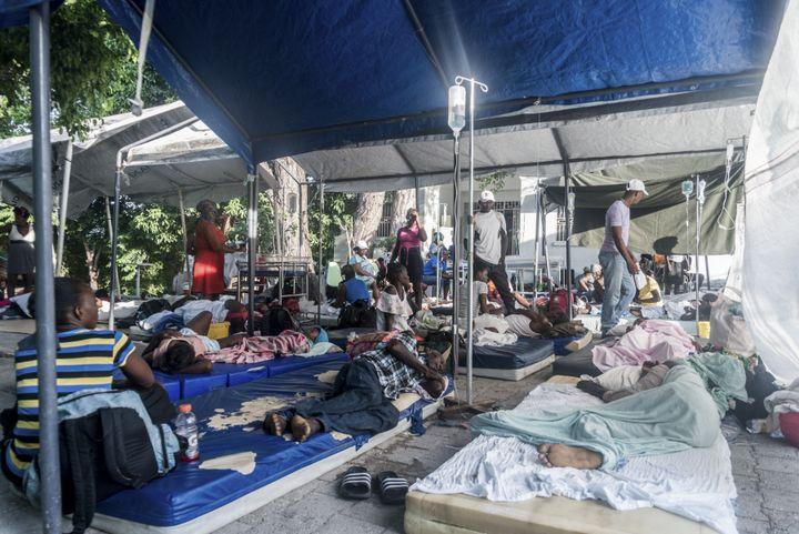 Des patients dans la cour de l'hôpital communautaire de Port-Salut (Haïti), lundi 16 août 2021. (REGINALD LOUISSAINT JR / AFP)