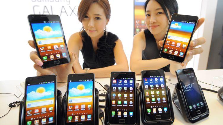 Des téléphones multifonctions Samsung Galaxy S2 présentés lors d'un salon à Séoul (Corée du Sud), le 28 avril 2011. (JUNG YEON-JE / AFP)