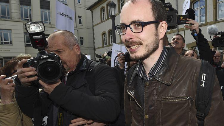 Antoine Deltou, lanceur d'alerter à sa sortie du tribunal du Luxembourg, le 26 avril 2016. (JOHN THYS / AFP)