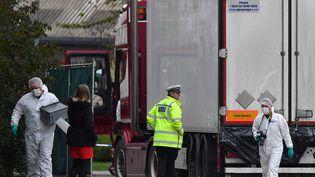 La police scientifique britannique inspecte le camion dans lequel 39 cadavres de migrants ont été retrouvés, le 23 octobre 2019 à Grays, à l'est de Londres (photo d'illustration). (BEN STANSALL / AFP)