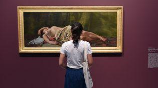 """Devant la toile """"Etude de nu"""" de Frédéric Bazille au Musée Fabre de Montpellier  (SYLVAIN THOMAS / AFP)"""