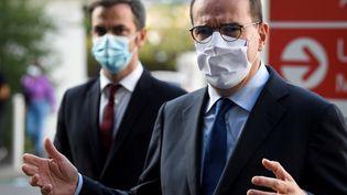 Le Premier ministre Jean Castex (au premier plan) et le ministre de la Santé, Olivier Véran, à Marseille, le 24 octobre 2020. (NICOLAS TUCAT / AFP)