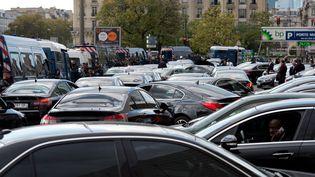 Manifestation le 20 octobre à Paris contre la décision d'Uber de diminuer de 20% les tarifs des ses chauffeurs de VTC. (ALAIN JOCARD / AFP)