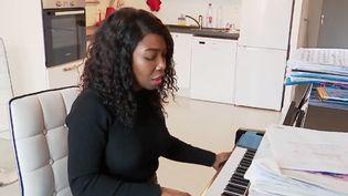 A Poitiers (Vienne) 24 plaintes ont été déposés par des voisons contre Françoise Courroux à cause de sa pratique du piano et du chant lyrique. (FRANCE 2)