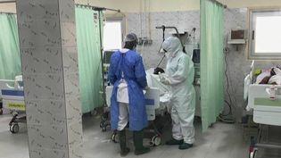 Des patients atteints du Covid-19 soignés dans un hôpital de Dakar, au Sénégal. (CAPTURE ECRAN FRANCE 2)