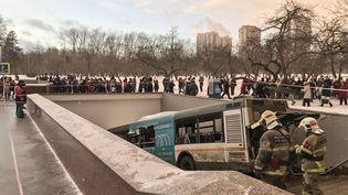 Le bus qui a foncé sur un passage souterrain à Moscou, le 25 décembre 2017, fauchant et tuant des passants. (EMRE GURKAN ABAY / AFP)
