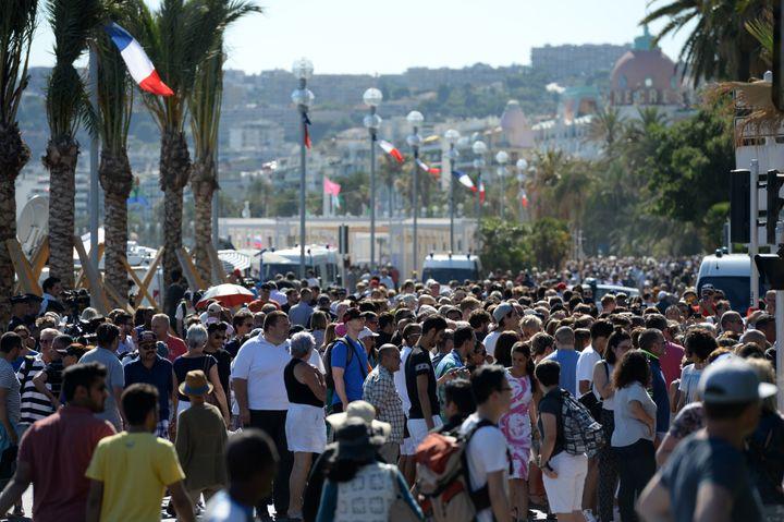 Des milliers de personnes, à pieds, sont venues, samedi 16 juillet sur la promenade des anglais à Nice (Alpes-Maritimes), pour rendrehommage aux victimes de la tuerie. (ANDREAS GEBERT / DPA / AFP)
