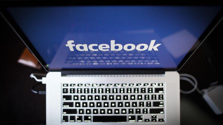 """La """"Ligue du LOL"""" est un groupe Facebook privé regroupant une trentaine de membres issus du monde des médias et de la communication, qui ont été accusés de cyberharcèlement (photo d'illustration). (JAAP ARRIENS / NURPHOTO / AFP)"""
