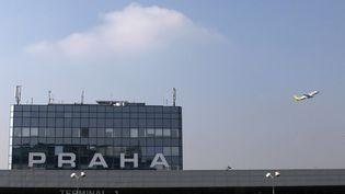 Devant l'aéroport de Prague (République Tchèque), le 22 mars 2012. (DAVID W CERNY / REUTERS)