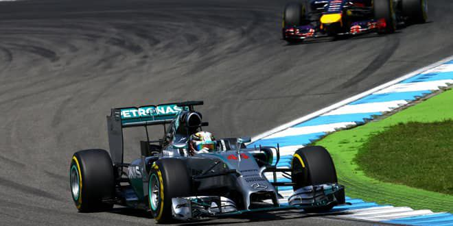 Lewis Hamilton pied au plancher