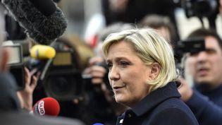 Marine Le Pen, candidate de l'élection présidentielle de 2017, lors d'une visite au commissariat de police de Juvisy-sur-Orge, le 7 février 2017. (ALAIN JOCARD / AFP)