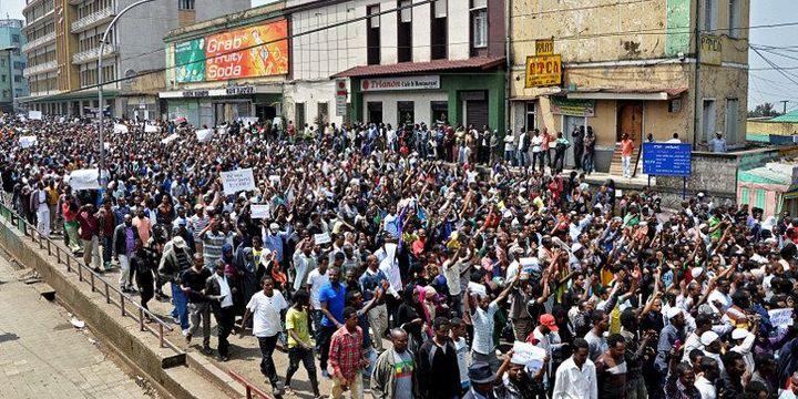Plusieurs milliers d'opposants éthiopiens manifestent à Gondar dans le Nord du pays le 2 Juin 2013 brandissant des photos de journalistes et d'hommes politiques détenus. (STRINGER / AFP)