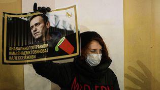 Un soutien d'Alexeï Navalny à Saint-Petersbourg, le 22 décembre 2020. (VALYA EGORSHIN / NURPHOTO VIA AFP)